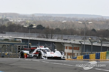 Tom Kristensen drives the Audi R18 e-tron quattro on the Circuit Bugatti