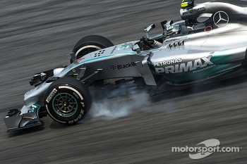 Nico Rosberg, Mercedes AMG F1 W05 locks up under braking
