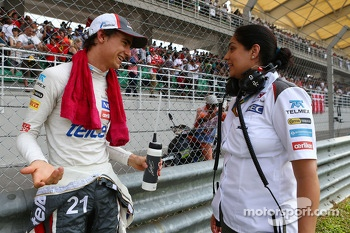 (L to R): Esteban Gutierrez, Sauber with Monisha Kaltenborn, Sauber Team Principal on the grid