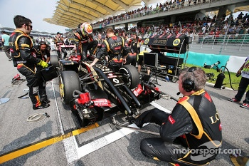 Pastor Maldonado, Lotus F1 E21 on the grid
