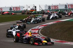 Daniel Ricciardo, Red Bull Racing RB10 at the start of the race.