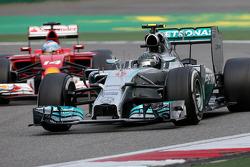 Nico Rosberg, Mercedes AMG F1 Team and Fernando Alonso, Scuderia Ferrari
