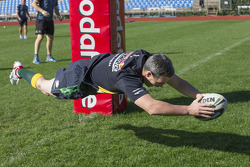 Craig Lowndes trains with Aussie Rules Football team, the Warriors