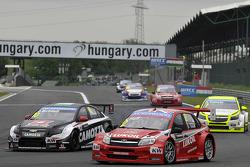 Gianni Morbidelli, Chevrolet RML Cruze TC1, ALL-INKL_COM Munnich Motorsport and Robert Huff, LADA Granta 1.6T, LADA Sport Lukoil