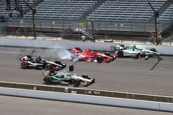Carlos Munoz, Andretti Autosport Honda and Martin Plowman, A.J. Foyt Enterprises Honda involved in start crash