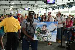 Fan with a Tony Kanaan painting