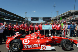 Scott Dixon, Chip Ganassi Racing Chevrolet and his crew celebrate