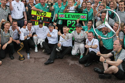 Race winner Nico Rosberg, Mercedes AMG F1 and second placed team mate Lewis Hamilton, Mercedes AMG F1 celebrate with the team