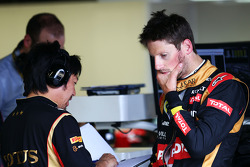 Romain Grosjean, Lotus F1 Team with Ayao Komatsu, Lotus F1 Team Race Engineer