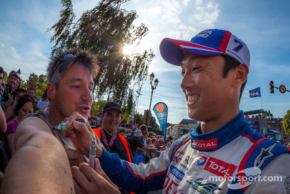 Pole winner Kazuki Nakajima signing a fan
