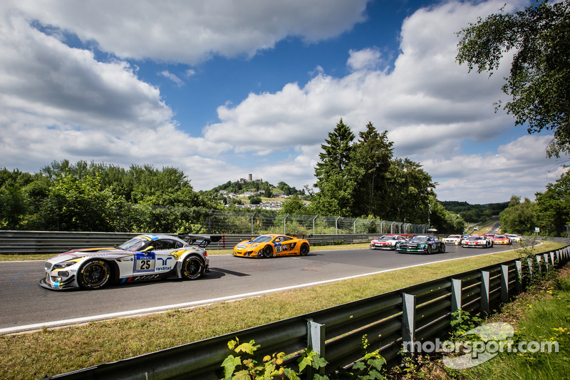 #25 Marc VDS Racing BMW Z4 GT3: Maxime Martin, Jörg Müller, Uwe Alzen, Marco Wittmann and #66 Dörr Motorsport McLaren MP4-12C: Kevin Estre, Peter Cox, Tim Mullen, Sascha Bert lead the field to the start