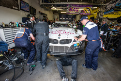 #20 Schubert Motorsport BMW Z4 GT3: Jens Klingmann, Dominik Baumann, Claudia Hürtgen, Martin Tomczyk in the garage for repair with two hours to go