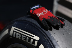Pirelli tyre and mechanics gloves