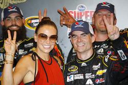NASCAR-CUP: Race winner Jeff Gordon, Hendrick Motorsports Chevrolet with wife Ingrid Vandebosch