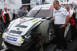 The damaged #911 Porsche North America Porsche 911 RSR: Nick Tandy, Richard Lietz