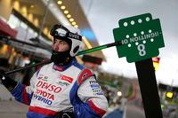 Toyota mechanic waits in pitlane