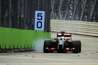 Romain Grosjean, Lotus F1 E22 locks up under braking