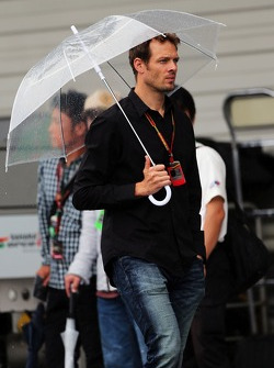 Alexander Wurz, Williams Driver Mentor in a wet and rainy paddock