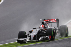 Adrian Sutil, Sauber C33 runs wide
