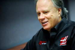 Gene Haas bij het Haas F1 Team hoofdkwartier in Kannapolis, N.C.