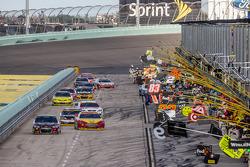 Jeff Gordon, Hendrick Motorsports Chevrolet leads the field on pit road