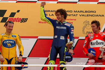 Podium: race winner Valentino Rossi with Max Biaggi and Troy Bayliss