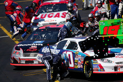 Pitstop action: Scott Riggs and Kevin Harvick
