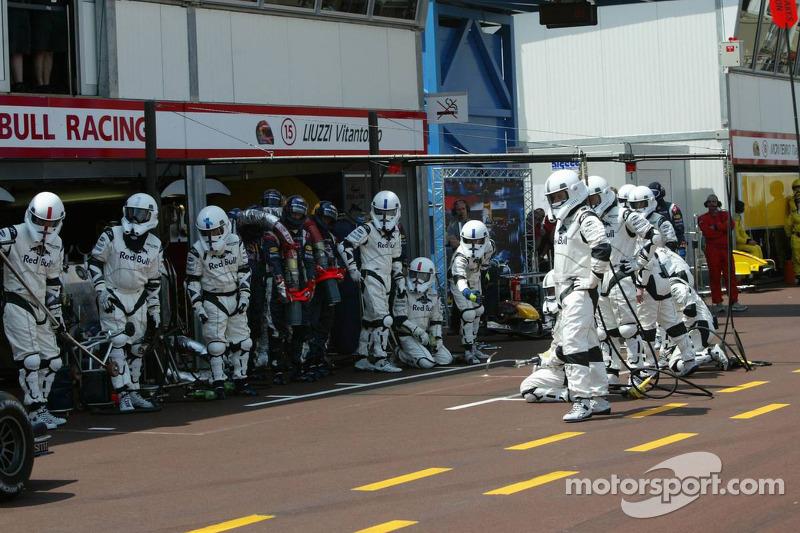 Red Bull Racing, Stormtrooper warten auf David Coulthard