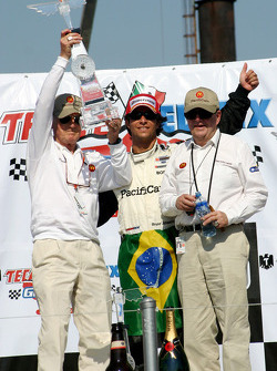 Podium: race winner Bruno Junqueira celebrates with Paul Newman and Carl Haas