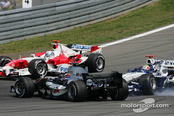 Start: Mark Webber and Juan Pablo Montoya collide