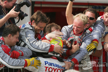 Ralf Schumacher celebrates podium finish with Toyota team members