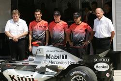 Johnnie Walker sponsorship on the McLaren: Norbert Haug, Pedro de la Rosa, Kimi Raikkonen, Juan Pablo Montoya and Ron Dennis