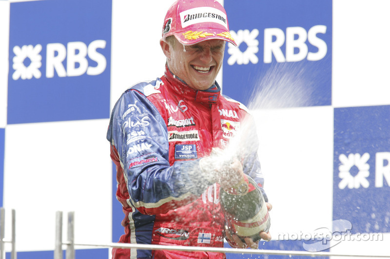 Podium: champagne for Heikki Kovalainen