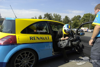 Fernando Alonso gives rides to guests in the Renault Clio RS