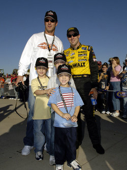 NFL quarterback Drew Bledsoe of the Dallas Cowboys and his three sons pose with Matt Kenseth