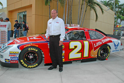 Announcement that Ken Schrader will be driving the Wood Brothers/JTG Racing Team No. 21 Ford Fusion in 2006