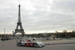 Tom Kristensen drives the new Audi R10 in the 'Jardins du Trocadéro'