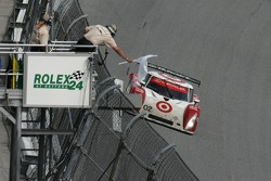 White flag for #02 Target Chip Ganassi with Felix Sabates Lexus Riley: Scott Dixon, Dan Wheldon, Casey Mears