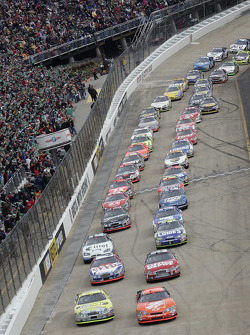 Start: Tony Stewart and Greg Biffle lead the field