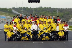 Photoshoot: Colin Edwards and Valentino Rossi pose with Camel Yamaha team members