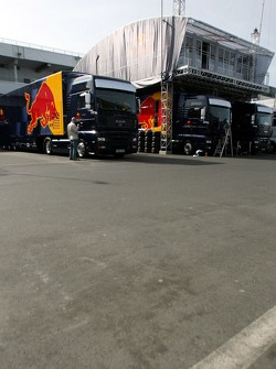 Red Bull Racing trucks and the tree house