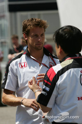 Jenson Button talks with a Honda engineer