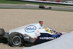 Crash at first corner: Nick Heidfeld