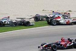 Crash at first corner: Juan Pablo Montoya, Kimi Raikkonen, Jenson Button and Vitantonio Liuzzi