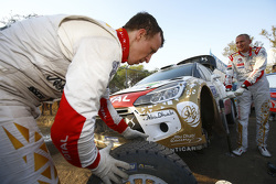 Kris Meeke and Paul Nagle, Citroën DS3 WRC, Citroën World Rally Team change tires