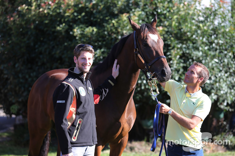 Romain Grosjean, Lotus F1 Team, meets Lankan Rupee, the world's fastest horse, and jockey Damien Oliver