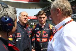Franz Tost, Scuderia Toro Rosso-teambaas met Max Verstappen, Scuderia Toro Rosso en Dr Helmut Marko, Red Bull Motorsport Consultant, op de grid
