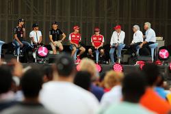 丹尼尔·里卡多, 红牛车队和刘易斯·汉密尔顿以及尼克·罗斯伯格, 梅赛德斯AMG车队,和塞巴斯蒂安·维特尔以及基米·莱库宁, 法拉利,和尼基·劳达,梅赛德斯非执行主席和伯尼·埃克莱斯顿