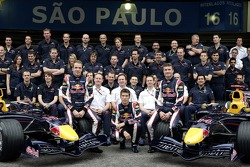 Red Bull Racing team photo: David Coulthard, Michael Ammermuller, Robert Doornbos with team