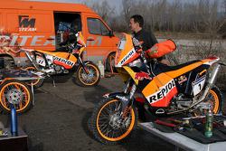 Team Rally Repsol KTM: Team Rally Repsol KTM team member at work